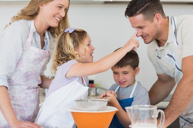 Genitori e bambini che cuociono i biscotti