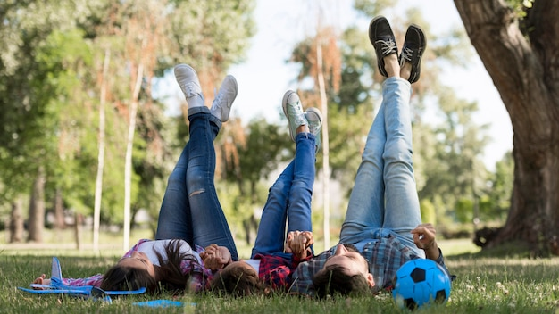 Genitori e bambino che trascorrono del tempo insieme all'aperto