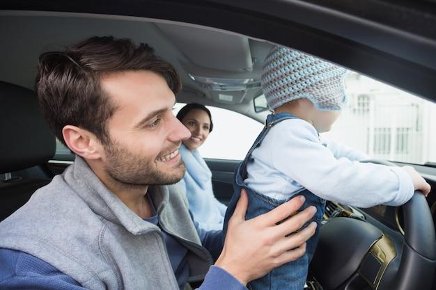Genitori e bambino su un disco