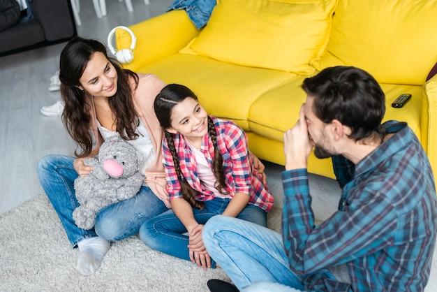 Genitori e figlia che fotografano
