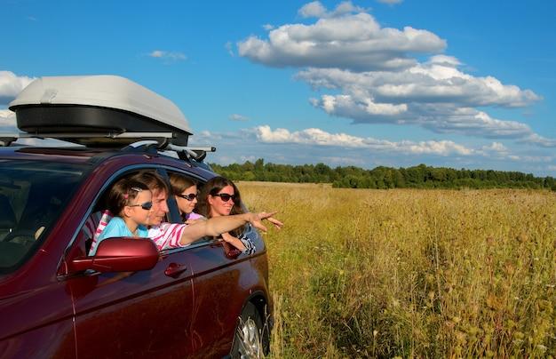 Genitori felici che viaggiano con bambini e divertirsi