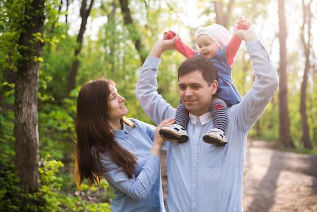 Genitori felici con bambino in natura