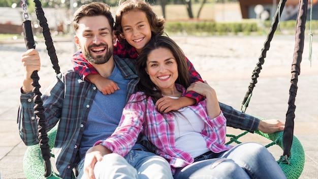 Genitori felici e figlio insieme al parco