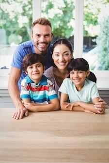 Genitori sorridenti con i loro figli