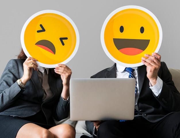 Gente allegra che tiene icona emoticon