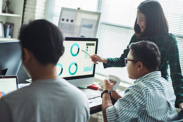Gente asiatica che lavora insieme in ufficio. e creativo thinkin. squadra di successo.