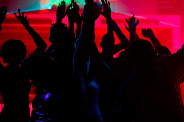 Gente che balla nel club con il laser
