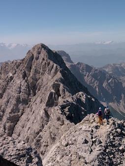 Gente che fa un'escursione nelle montagne