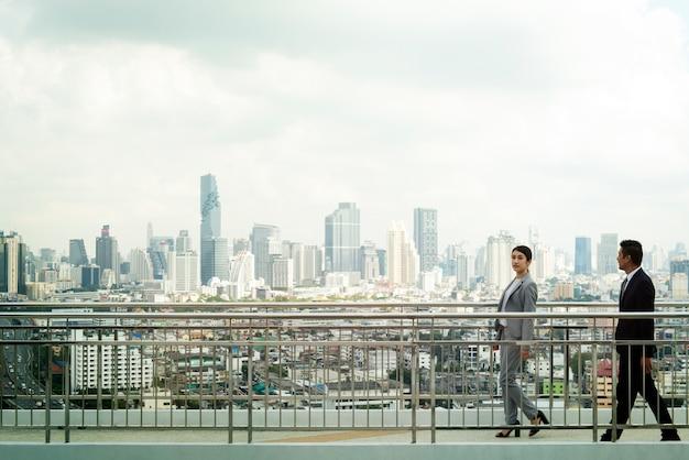 Gente di affari a piedi sfondo della città