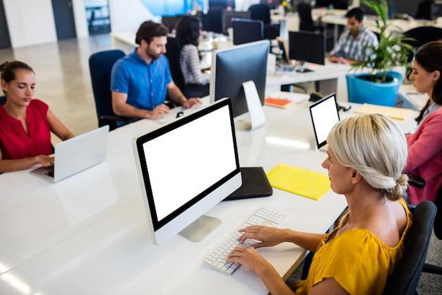 Gente di affari casuale che lavora al computer