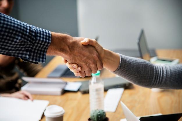 Gente di affari che agita le mani in accordo
