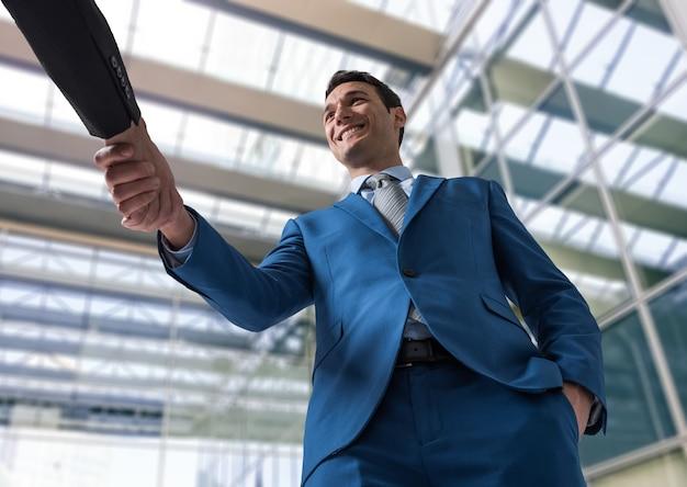 Gente di affari che agita le mani in un ufficio