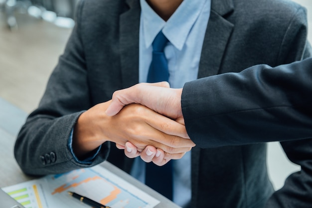Gente di affari che agita le mani partner leader del team di successo e incontro di lavoro.