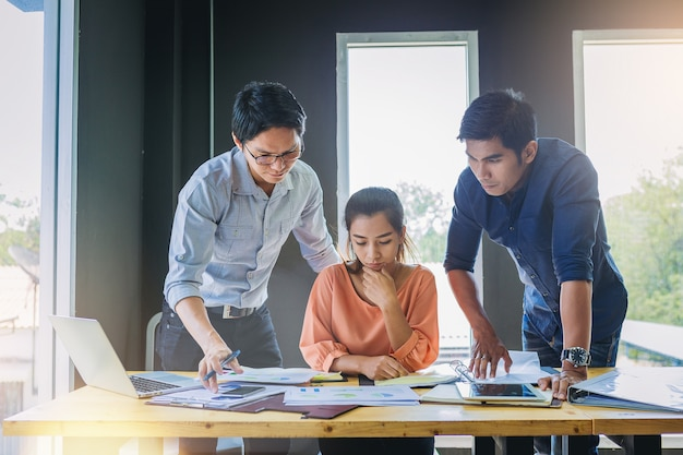 Gente di affari che analizza insieme i dati in lavoro di squadra per la pianificazione e l'avvio del nuovo progetto