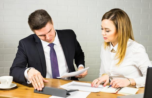 Gente di affari che discute le idee alla riunione nell'ufficio.