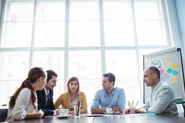 Gente di affari che discute nella sala riunioni