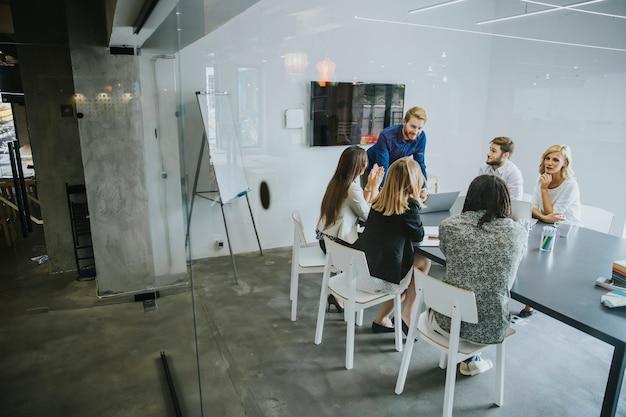 Gente di affari che discute una strategia e che lavora insieme nell'ufficio