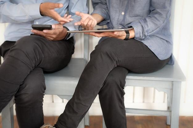 Gente di affari che discute utilizzando il telefono cellulare intelligente tablet