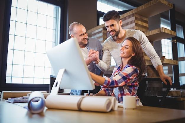 Gente di affari che esamina computer in ufficio creativo