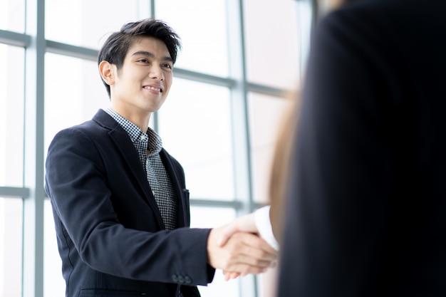 Gente di affari che fa una stretta di mano dopo la conversazione di affari