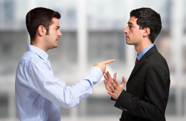 Gente di affari che ha una discussione