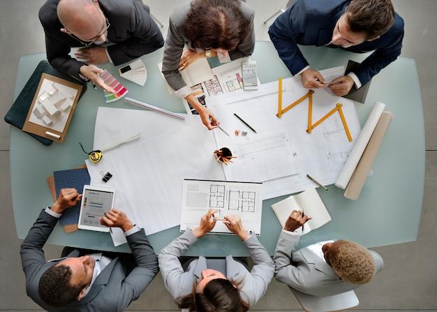 Gente di affari che incontra concetto di progetto del modello di architettura