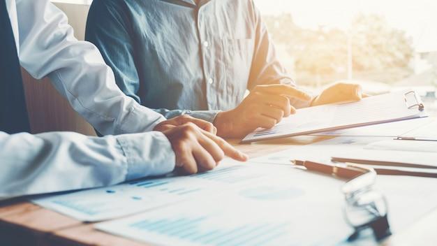 Gente di affari che incontra pianificazione e costo di pianificazione concetto di analisi di strategia