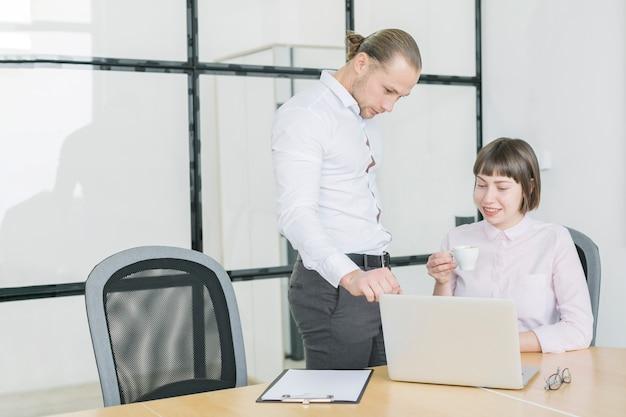 Gente di affari che lavora con il computer portatile in ufficio