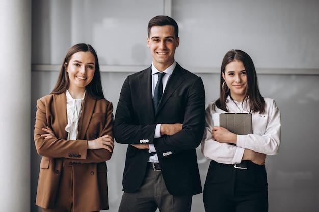 Gente di affari che lavora in gruppo in un ufficio