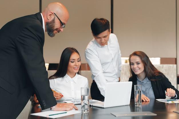 Gente di affari che lavora insieme al tavolo da conferenza
