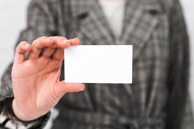 Gente di affari che mostra biglietto da visita in bianco