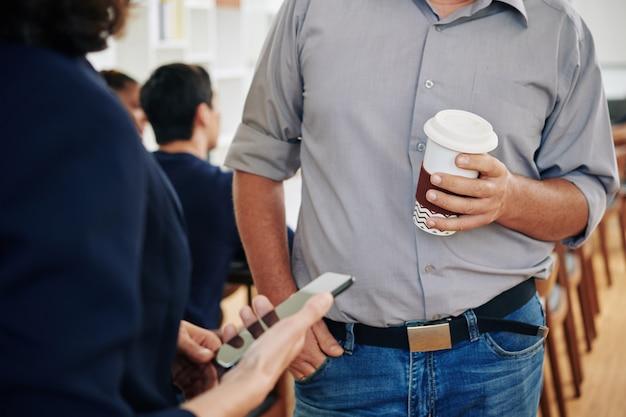 Gente di affari che parla durante la pausa