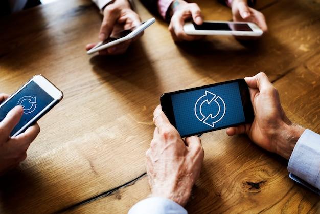 Gente di affari che per mezzo degli smart phone