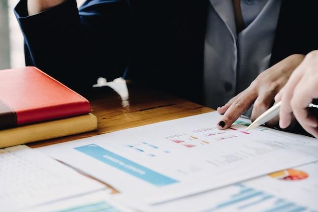 Gente di affari che progetta analisi di strategia dal rapporto del documento finanziario, concetto dell'ufficio