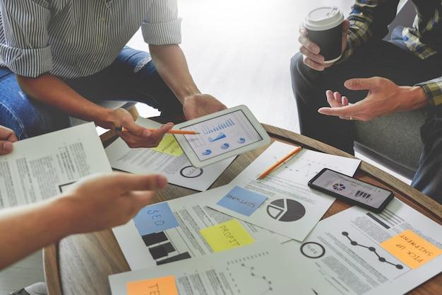Gente di affari che scrive sulle note appiccicose per i colleghi che pensano business plan di strategia o sopra il problema in ufficio coworking, diverso concetto di riunione d'affari di lampo di genio.