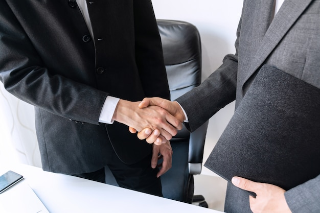 Gente di affari che stringe le mani, finendo un concetto di riunione, di affari e dell'ufficio