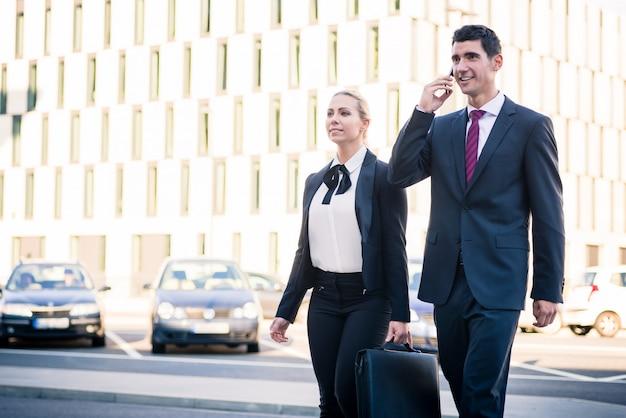 Gente di affari davanti all'edificio per uffici