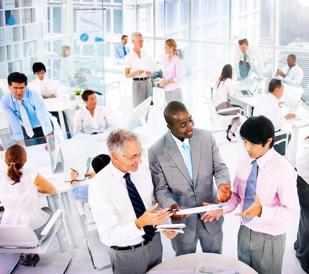 Gente di affari dei colleghi di comunicazione del gruppo corporativo che lavorano concetto