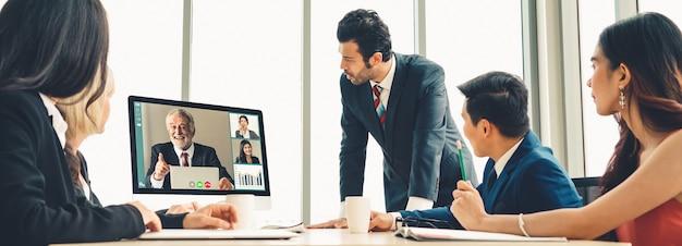 Gente di affari del gruppo di videochiamata che si incontra sul posto di lavoro virtuale o sull'ufficio remoto