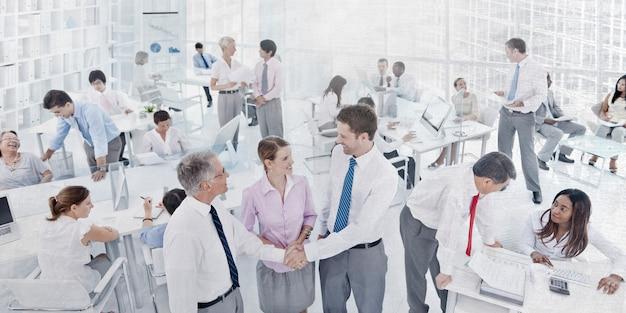 Gente di affari del posto di lavoro ufficio colleghi di concetto corporativo