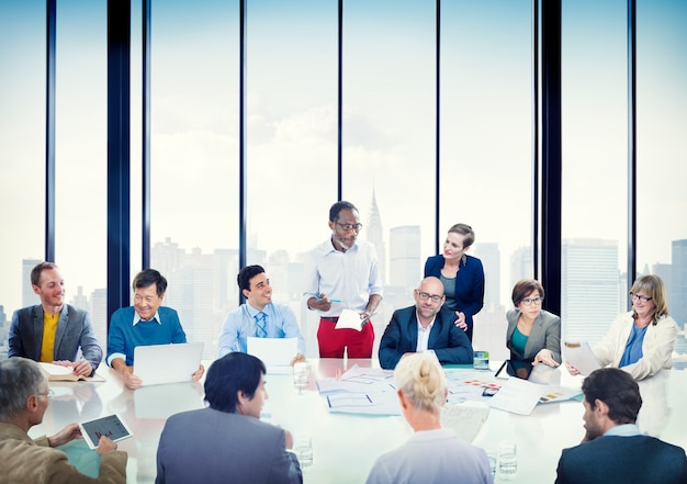 Gente di affari della riunione corporativa di presentazione di concetto di diversità di comunicazione
