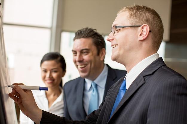 Gente di affari felice che lavora al progetto