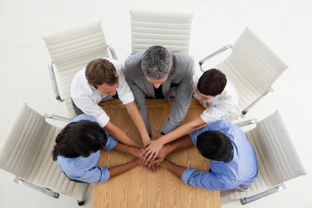 Gente di affari multietnica con le mani insieme