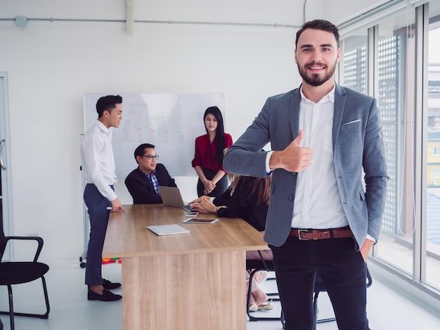 Gente di affari nella sala riunioni, squadra di affari che spiega le nuove idee di affari, th dell'uomo d'affari