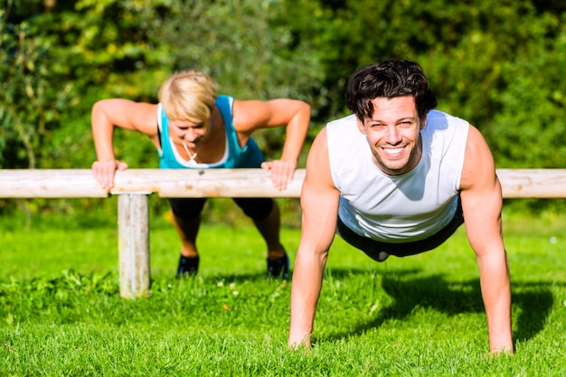 Gente di forma fisica che fa flessioni per lo sport