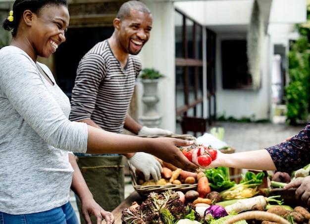 Gente di origine africana con vari ortaggi biologici freschi
