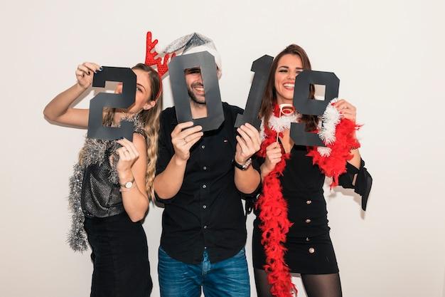 Gente felice che tiene iscrizione 2019 di carta