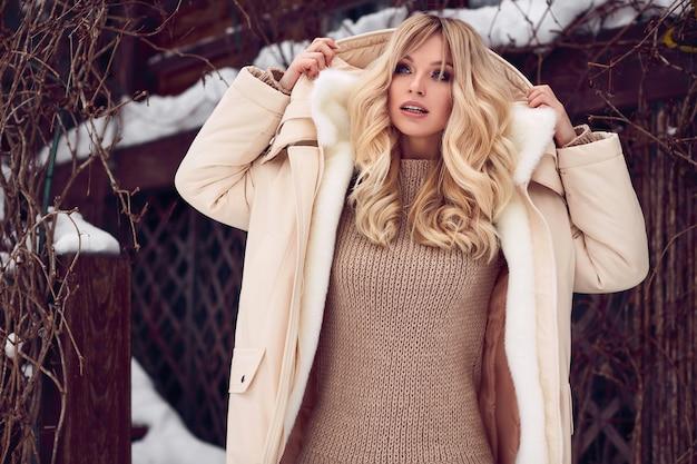 Georgeous elegante bionda in abito invernale luminoso