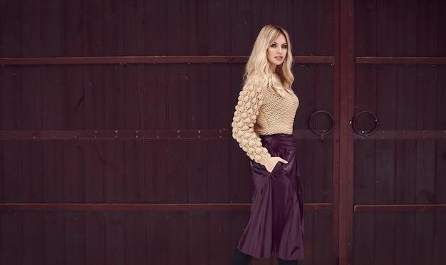 Georgeous elegante bionda in abito luminoso