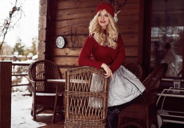 Georgeous elegante bionda in abito rosso e cappello
